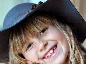 Kind, das beim Lächeln seine Zähne zeigt