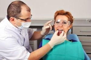 Die Schiene wird vor Gebrauch angepaßt an den Mund des Patienten.