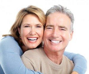 Schönes Lächeln dank Zahnimplantat oder allgemein gesprochen Implantat.
