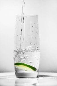 Wasser mit oder ohne Zitrone ist okay für die Aligner