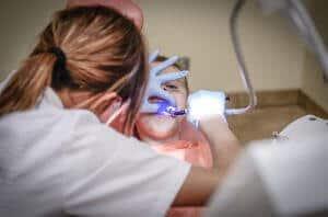 Das Schließen der Zahnlücke ist bei Kindern einfacher. Die Kosten zum Schließen der Zahnlücke belaufen sich jedoch auf die gleiche Summe.