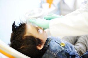 Professionelle Zahnreinigung bei Kindern mit Karies ist ein Muss.