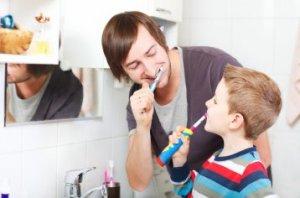 Die elektrische Zahnbürste für Kinder ist zu empfehlen, um die Zähne gründlich zu säubern.