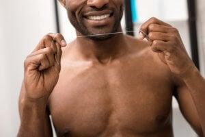 Die richtige Technik im Umgang mit Zahnseide ist wichtig für den Reinigungserfolg.