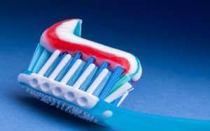 Zahnstein kann man mit einer Zahnpasta nicht direkt entfernen.