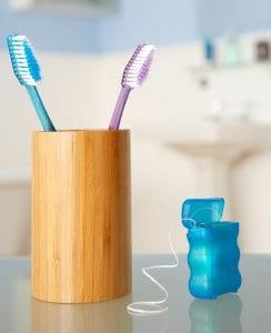 Ein effektives Duo: Die Zahnbürste und die Zahnseide!
