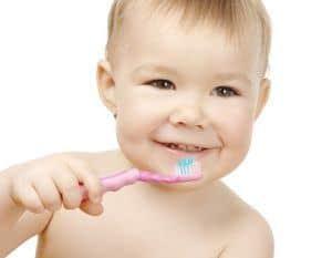 Zähneputzen ist auch für Babies wichtig.