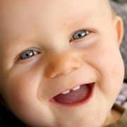 Ab den ersten beiden Zähnen sollte die Baby Zahnpflege beginnen.