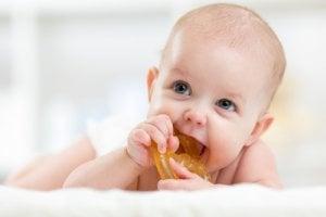Babies beißen gerne auf den Beißring, wenn sie zahnen.