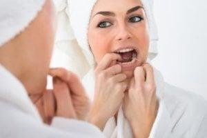 Biofilm wird durch Zahnseide entfernt.