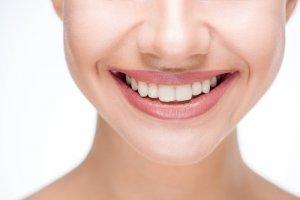 Ein schönes Lächeln durch den kieferorthopädische Behandlungen.