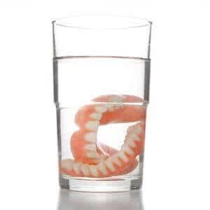 Die Zahnprothese Kosten können hoch sein. Daher ist es sinnvoll Angebote zu vergleichen.