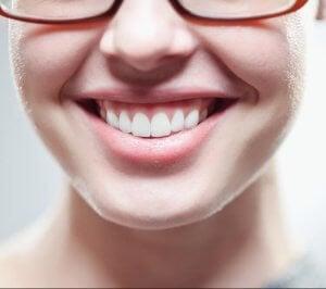 Gerade Zähne durch Tiefziehschiene.