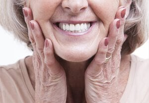 Zahnersatz ist nicht preiswert, doch man benötigt ihn trotzdem.
