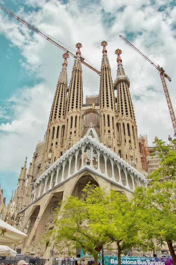 Die Sagrada Familia kann man sich in Barcelona anschauen, wenn man sich Zahnersatz in Spanien machen lässt.