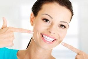 Perfekte Zähne nach der Behandlung mit Alignern