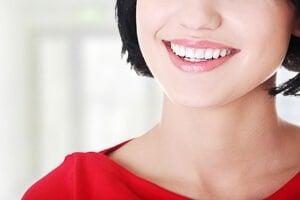 Gerade weiße Zähne dank Aligner