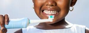 Schallzahnbürste Erfahrungen - Kind beim Zähneputzen
