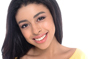 Frau lächelt mit weißen Zähnen