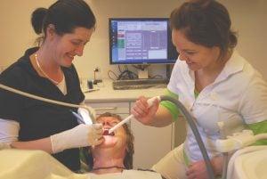 Imagen de tratamiento odontológico en el gabinete dental