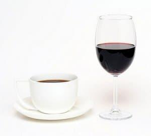 Fotografía de café y vino
