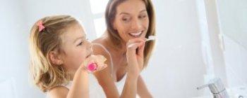 Enseñarle a un niño a cepillarse los dientes