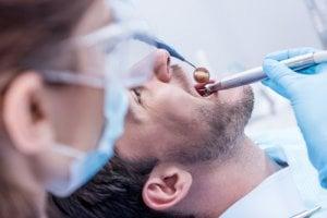 Hombre en consulta con el dentista para un empaste dental