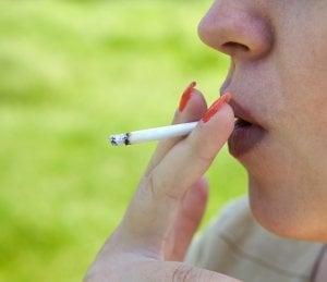 bulto en el labio y el cigarro