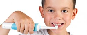 Niño cepillando sus dientes con oral B infantil
