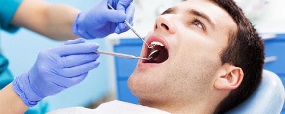 Hombre en revision odontólogica