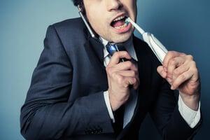 cepillarse los dientes en la rutina