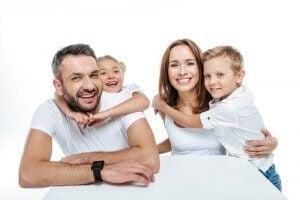 Los genes se transmiten a nuestro código genético de manera hereda de padres a hijos