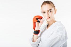 mujer con protector bucal para boxeo