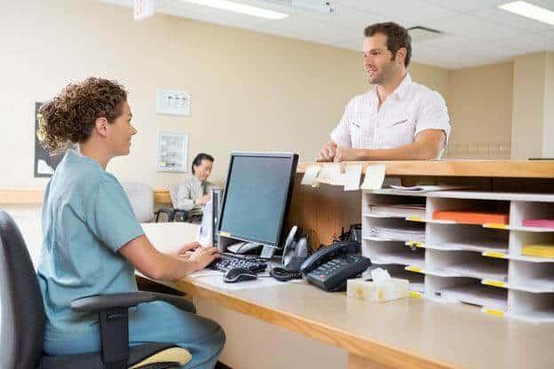 La secrétaire médicale est le lien entre les patients et le médecin