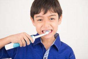 Garçon brosse à dent électrique