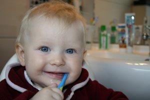 bébé se brossant les dents
