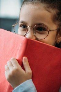 fille derrière un livre