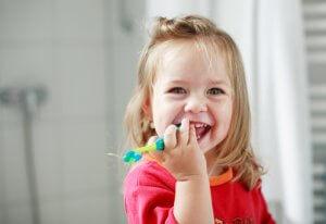 Petite fille et brosse à dents