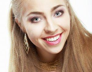 fille aux dents blanches