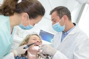 rire sur le fauteuil du dentiste