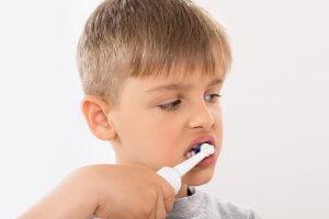 garçon qui se brosse les dents