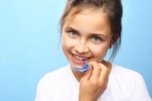 fille avec appareil dentaire