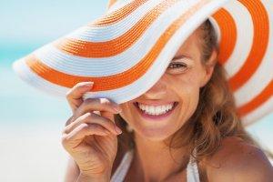 femme souriante avec chapeau